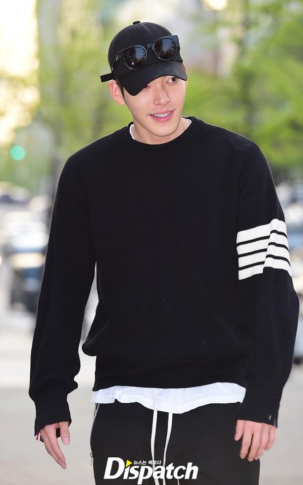 """Trong khi đó, Kim Woo Bin cực ngầu trong trang phục thể thao """"đen toàn tập"""". Trang Dispatch nhận xét, chỉ cần bước đi trên phố, nam diễn viên đã biến những bức ảnh lung linh như hình tạp chí."""