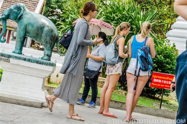 Quần áo, váy ngắn là trang phục bị cấm khi bạn tới thăm đền, chùa, cung điện ở Thái.