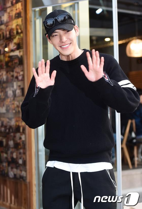Suzy đẹp đôi bên Kim Woo Bin đến dự tiệc mừng công phim mới