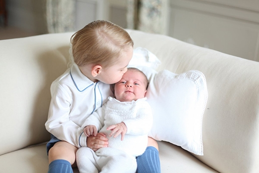 Hoàng tử George của Anh Quốc hôn lên trán em gái là Công chúa Charlotte đầy âu yếm. (Ảnh minh họa: Reuters)