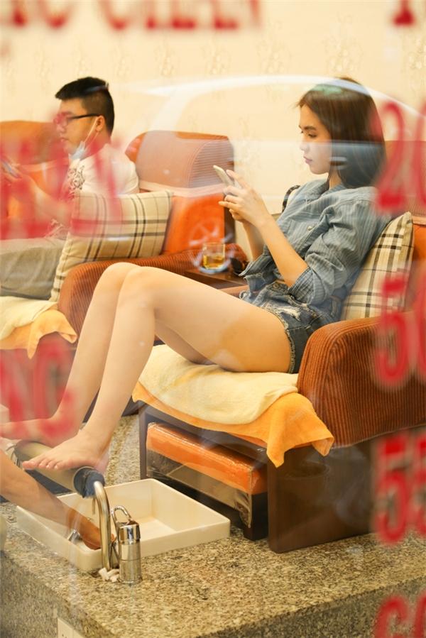 Ngọc Trinh vừa tận hưởng thời gian thư giãn vừa kiểm tra công việc trên điện thoại.