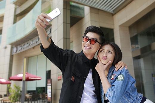 Đặc biệt, cả hai rất thích selfie. Người bạn không thể thiếu của họ đó chính là điện thoại Samsung Galaxy J3. Họ ghi lại rất nhiều hình ảnh đẹp và khoảnh khắc hạnh phúc của mình. Chức năng Palm Selfie của J3 giúp họ có được những hình ảnh đẹp lung linh.