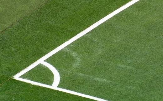 Mặt sân Bernabeu đã được nới rộng hơn. Vết mờ từ việc vẽ lại sân còn hiện diện rõ. (Ảnh: Sport)