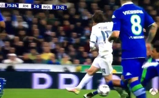 Luiz Gustavo không phạm lỗi với Luka Modric trong tình huống dẫn đến bàn thứ ba của Ronaldo. (Ảnh chụp màn hình)
