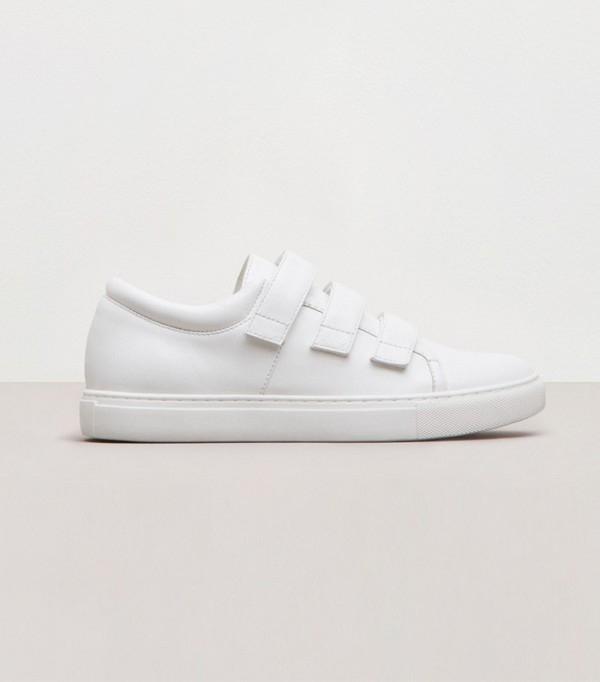 Đôi giàynày có giá khoảng 120 đô-la ( tương đương 2,6 triệu đồng). Chúng gây ấn tượng bởi sựđơn giản, gọn nhẹ nhưng tinh tế với màu trắng nhẹ nhàng, dễ dàng cho việc phối đồ. Thiết kế không chỉ dành cho những cô nàng yêu thích thể thao mà còn có thể phá cách khi kết hợp với váy hoặc quần short năng động.