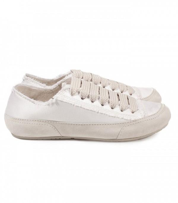 Yếu tố đơn giản trong thiết kế vẫn là tiên quyết cho dòng sneaker. Với đặc tính gọn nhẹ, không rườm rà, cầu kì trong sự kết hợp màu sắc, đôi sneakernày dễ dàng ghi điểm. Hãy nhìn xem, cách phốicùng trang phục của thiên thần Victoria's Secret Alessandra Ambrosio sẽ là một gợi ý tuyệt vời đấy nhé các cô gái!