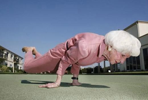 Những động tác yoga phức tạp được cụ bà thực hiện dễ dàng