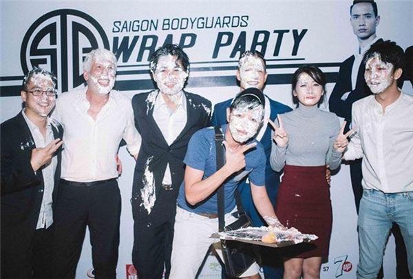 """Đặc biệt, để kết thúc bữa tiệc, các diễn viên đã vui vẻ """"ăn mừng"""" một cách vô cùng độc đáo khi chơi trò úp bánh kem lên… mặt nhau. - Tin sao Viet - Tin tuc sao Viet - Scandal sao Viet - Tin tuc cua Sao - Tin cua Sao"""
