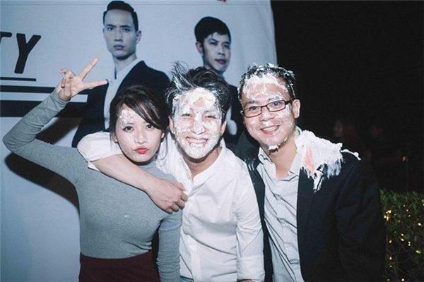 """Chi Pu, B Trần không ngần ngại tạo dáng dù mặt mũi đã trắng bệch, """"biến dạng"""" vì bánh kem. - Tin sao Viet - Tin tuc sao Viet - Scandal sao Viet - Tin tuc cua Sao - Tin cua Sao"""