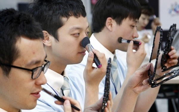 Với tỷ lệ tiêu thụ ngày càng tăng, Hàn Quốc đang dần trở thành kinh đô làm đẹp cho nam giới.