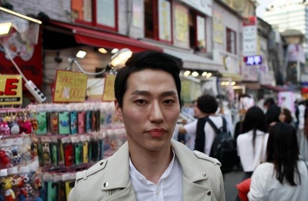Lee Woo Jung (27 tuổi) thường xuyên dùng mỹ phẩm để làm đẹp da. Anh chàng hiện đang là chủ một phòng tập thể hình. Với chiều cao lý tưởng, mái tóc hoàn hảo và gò má góc cạnh, Lee có thể không quan tâm nhiều đến vóc dáng, nhưng đối với anh, chăm sóc da hàng ngày là một thói quen. Các bước trang điểm cơ bản mà Lee thường áp dụng gồm thoa kem lót, kem nền, dưỡng ẩm và kem chống nắng. Đây không chỉ là cách làm đẹp da của riêng Lee.