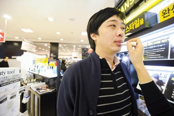 Nam giới Hàn luôn chủ động mua sắm mỹ phẩm để làm đẹp.