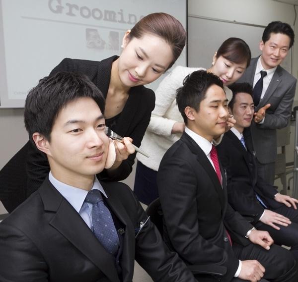 Nhiều công ty còn yêu cầu và hướng dẫn các nhân viên nam trang điểm nhẹ nhàng.