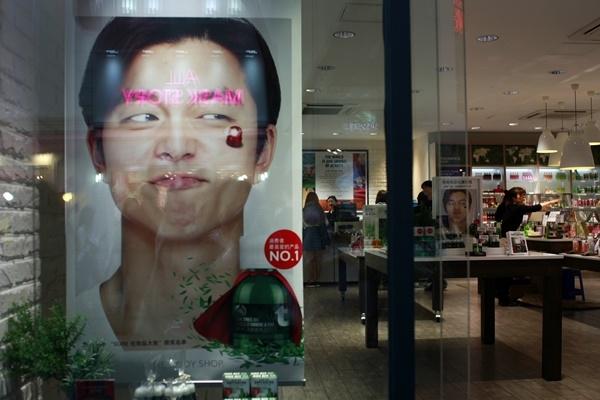 Các cửa hàng mỹ phẩm đã đánh vào nhu cầu của nam giới.