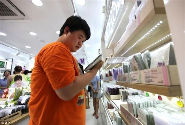 Lượng khách nam ghé thăm cửa hàng mỹ phẫm ngày một tăng nhiều.