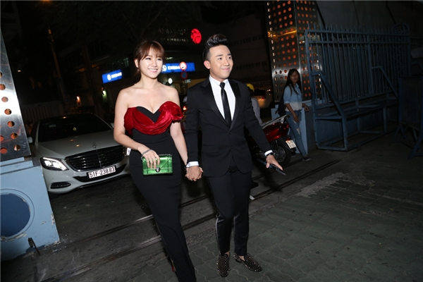 Trấn Thành nắm chặt tay bạn gái bước vào buổi ra mắt phim