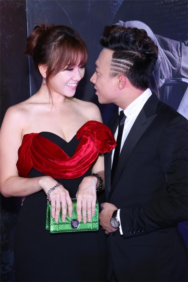 """Những cử chỉ cộp mác chuẩn """"soái ca"""" của Trấn Thành dành cho Hari Won"""