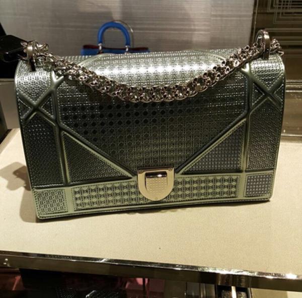 Chiếc túi hiệu đầu tiên rơi vào tầm ngắm của các tín đồ thời trang là Diorama, giá bán dao động từ trên 50 triệu đến khoảng 140 triệu đồng tùy theo kích cỡ. Chiếc túi Hari Won sử dụng có tông xanh lá bắt mắt. (Ảnh: Trí Thức Trẻ)