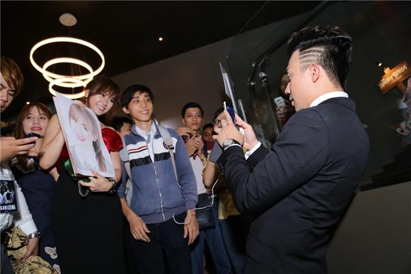 Trấn Thành còn làm phó nháy để chụp ảnh bạn gái cùng người hâm mộ