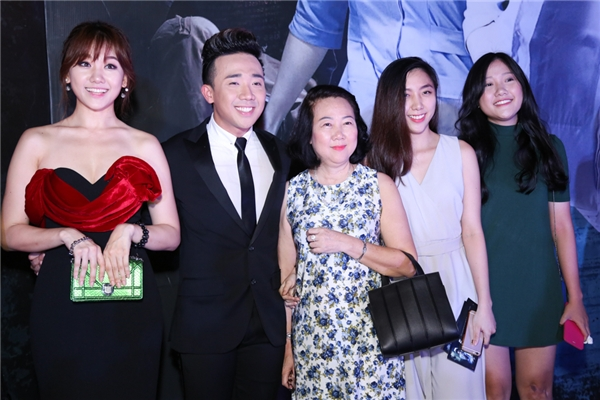 Hari Won hạnh phúc chụp ảnh cùng mẹ và hai em gái của Trấn Thành