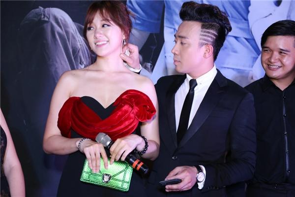 Trấn Thành luôn dành nhiều cử chỉ quan tâm đến bạn gái. Vì tiết trời khá oi nên Hari Won liên tục ra mồ hôi, anh chàng không ngần ngại lấy khăn giấy thấm cho bạn gái. Cử chỉ yêu thương của nam danh hài đã khiến không ít bạn nữ ganh tị.