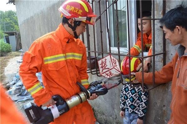 Các nhân viên cứu hộ nhanh chóng tiến hành giải cứu cậu bé tội nghiệp.