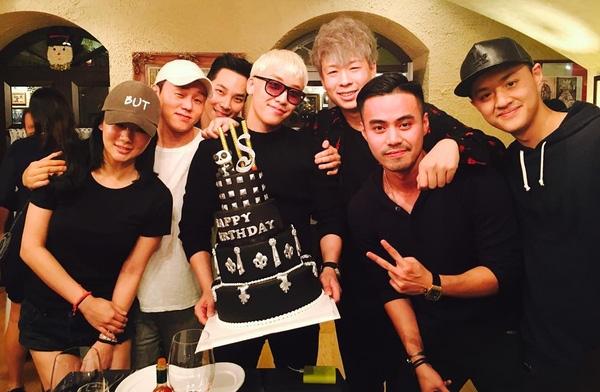Denis Do (con cả) chơi thân với ca sĩ SeungRi và nhiều bạn bè nổi tiếng, con đại gia khắp châu Á như đại tiểu thư Kim Lim, David...