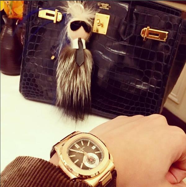 Đồng hồ kim cương, túi xách Hermes Birkin kèm theo móc treo Fendi Karlito sành điệu - biểu tượng của ông hoàng thời trang Karl Lagerfield,với cái giá tỉ lệ nghịch với độ nhỏ xinh của chúng: từ 585$ - 1750$ cho 1 bé búp bê.