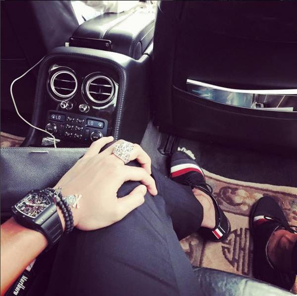 Đồng hồ Richard Miller, nhẫn Cartier, phụ kiện Anilar Jandas, siêu xe Bentley... những món đồ dành cho ông hoàng.