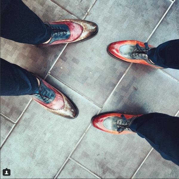 Denis Do còn có đam mê bất tận với những đôi giày thủ công đắt đỏ hiệu Ivan Crivellaro rực rỡ sắc màu đến từ Tây Ban Nha, có giá hàng ngàn USD/ đôi.