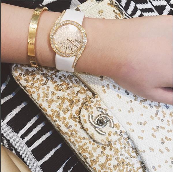 Đồng hồ Cartier nạm kim cương, lắc tay Cartier, túi xách Chanel đính kim sa trị giá hàng trăm triệu đồng