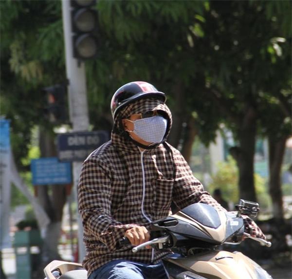 Ở Việt Nam những năm gần đây, ngay cả đàn ông cũng không thể lơ là việc chống nắng khi ra đường nữa do môi trường đang trở nên ngày càng độc hại hơn. (Ảnh: Internet)