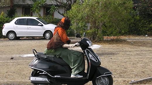 Phụ nữ ở đất nước Ấn Độ cũng có cách chống nắng khi lái xe không khác mấy với phụ nữ Việt Nam. (Ảnh: Internet)