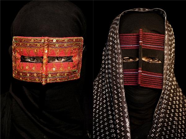 Mặt nạ truyền thống của phụ nữ Iran không chỉ được mang vì lý do tôn giáo mà còn để bảo vệ họ khỏi nắng gắt và gió cát sa mạc. (Ảnh: Internet)
