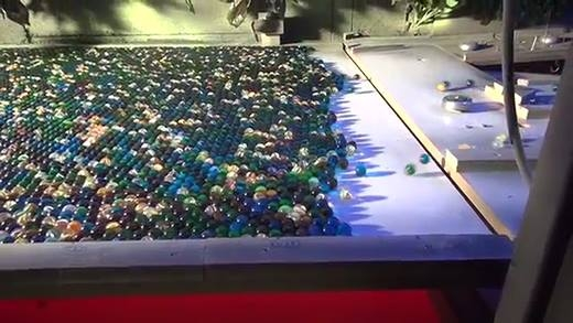 Cảnh tượng đáng kinh ngạc của 11000 quả cầu thủy tinh lăn cùng lúc