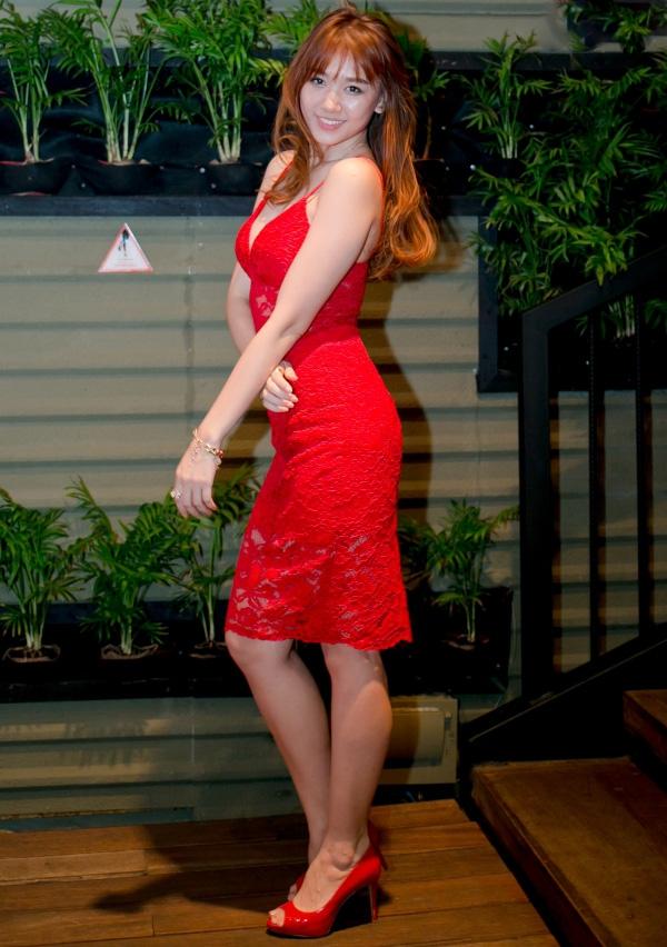 Vớisắc đỏ nổi bật, chất liệu ren mỏng kết hợp dáng váy ôm hai dây càng giúp Hari Won nổi bật, thu hút. Thời điểm này, cô và Tiến Đạt đã đường ai nấy đi nhưng chưa công khai với báo giới, truyền thông.