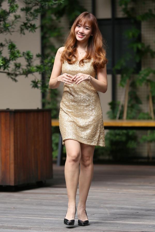 Chất liệu ánh kim cùng sắc vàng nổi bật, Hari Won trang nhã trongdáng váy cúp ngực đơn giản, thanh lịch.