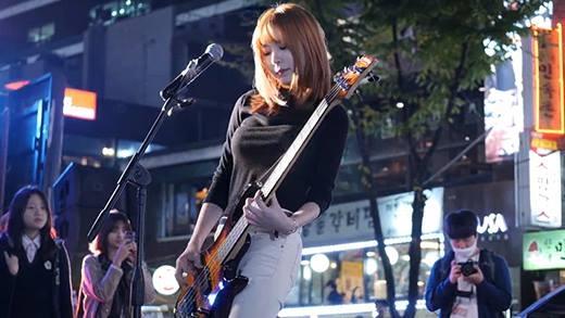 """""""Hot girl"""" chơi guitar bị quay lén khiến dân tình mê mệt"""
