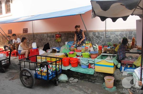 Quán của bà Tư ngay trước cổng trường, bán đủ loại thức uống.