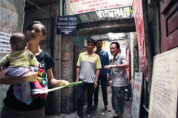 Hằng ngày, dãy phòng trọ gần cổng Bệnh viện Nhi Trung ương (quận Đống Đa, Hà Nội) của ông Nguyễn Thế Hiệp (69 tuổi) luôn tấp nập người đến thuê trọ bởi mức giá thuê phòng trọ ở đây rẻ đến không tưởng: 15.000 đồng/người/ngày đêm.
