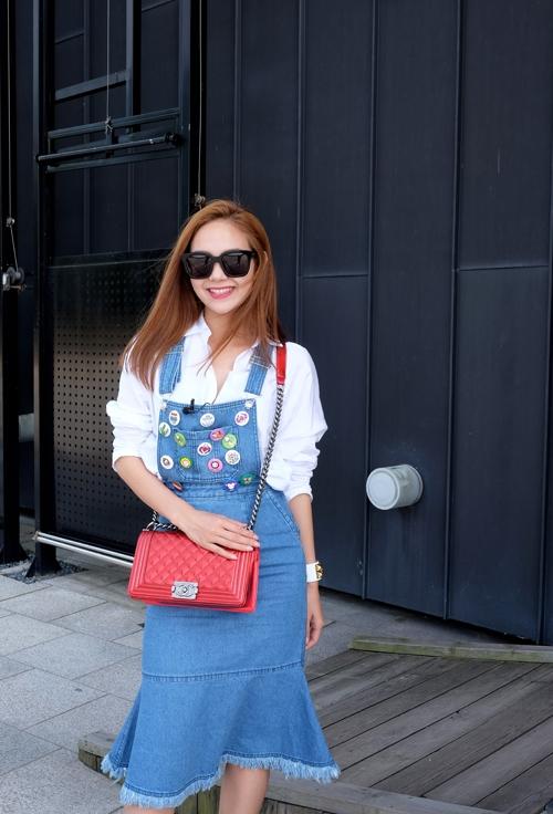 Minh Hằng chọn diện váy yếm denim kết hợp với những sticker đầy màu sắc trải đều trên khắp mặt yếm.