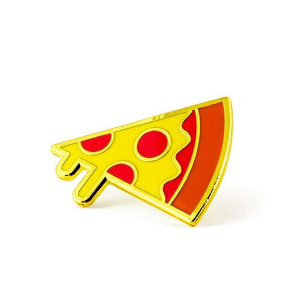 Bánh pizza với hai tông màu đỏ, vàng nổi bật.