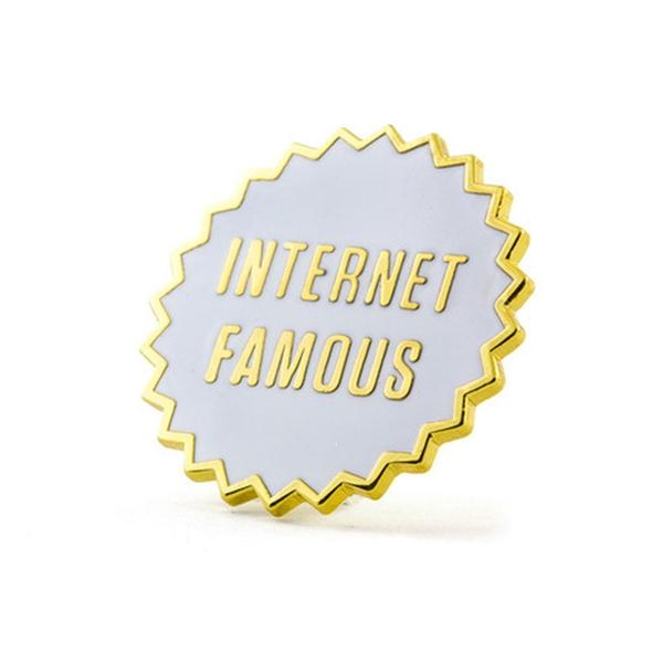 Nếu là một cô nàng nổi danh trên mạng xã hội thì còn ngại ngần gì mà không lựa chọn sticker khẳng định thương hiệu.