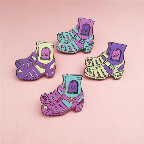 Giày sandal kết hợp cùng tất tương phản tông màu.