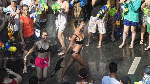 Thiếu nữ Thái Lan diện bikini xuống phố dự lễ hội té nước