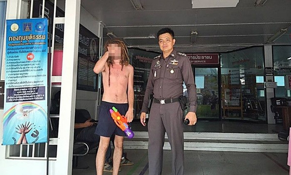 Trong ngày đầu tiên, một người đàn ông ngoại quốc đã bị bắt vì cởi trần trong lễ hội Songkran