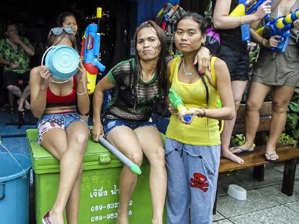 Mặc lệnh cấm, giới trẻ vẫn hở hang ở Tết té nước Thái Lan