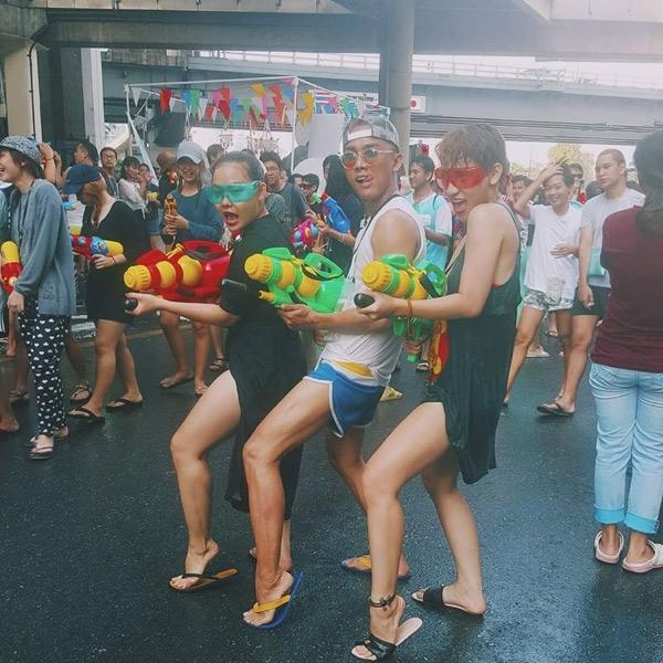 Phong cách thời trang ngày lễ hội của một số bạn trẻ từ Việt Nam sang