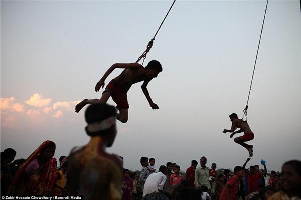Phát hoảng cảnh treo người trên móc sắt đánh đu tại lễ hội