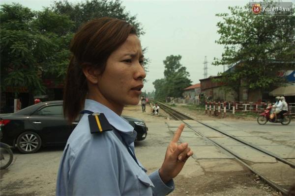 Chị Nga kể lại giây phút người dân cố tình băng qua đường sắt.